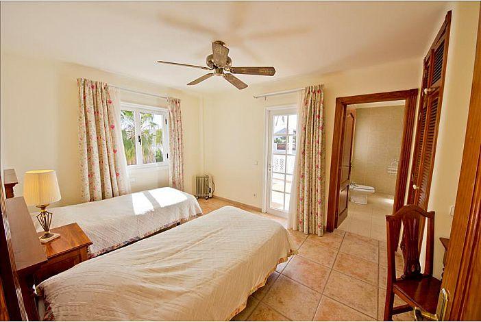 LVC196727 Twin bedroom with en suite shower room