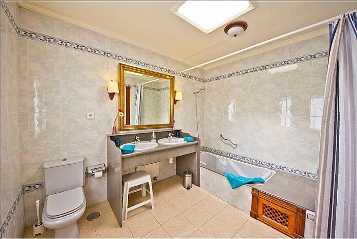 LVC196727 En suite bathroom with jacuzzi bath