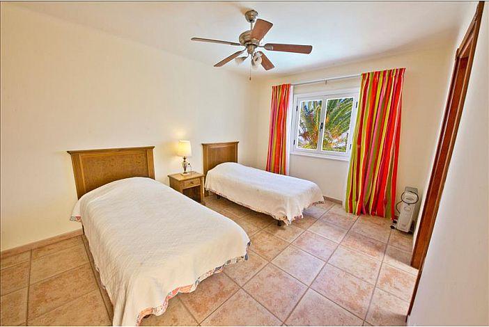 Twin bedroom with en suite shower room