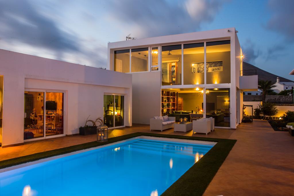 LVC318814 villa by night