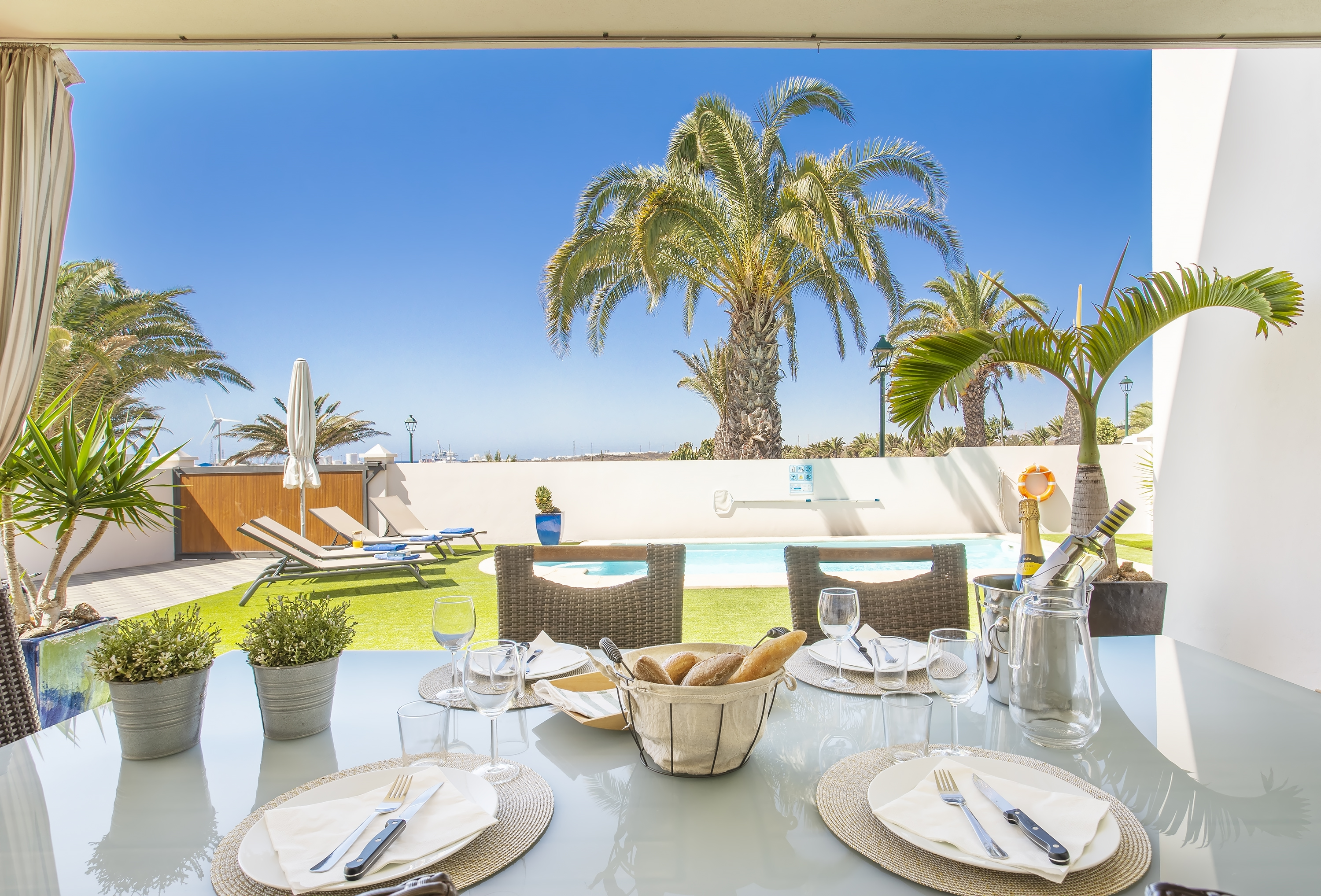 Villa in Costa Teguise to rent with private pool