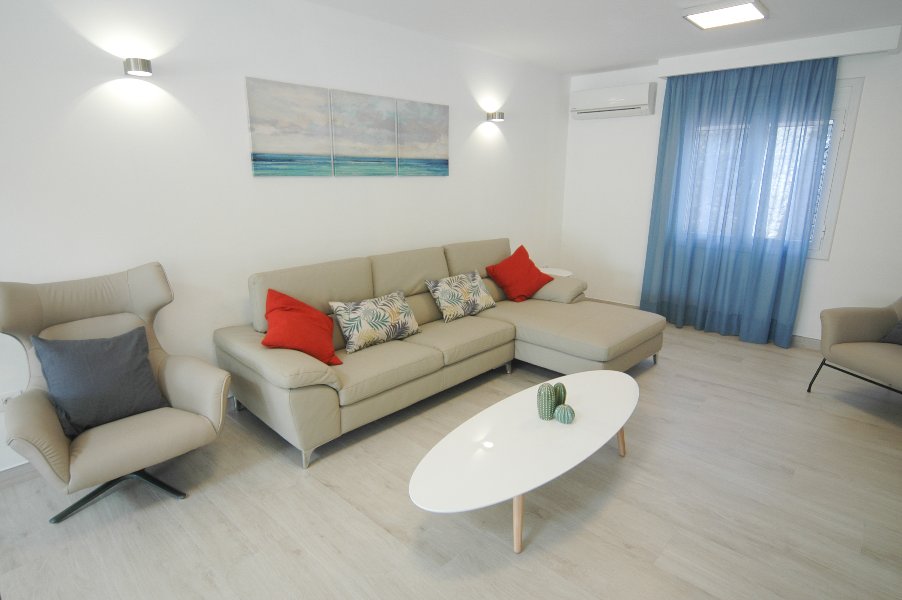 LVC327328 Comfortable lounge with air con