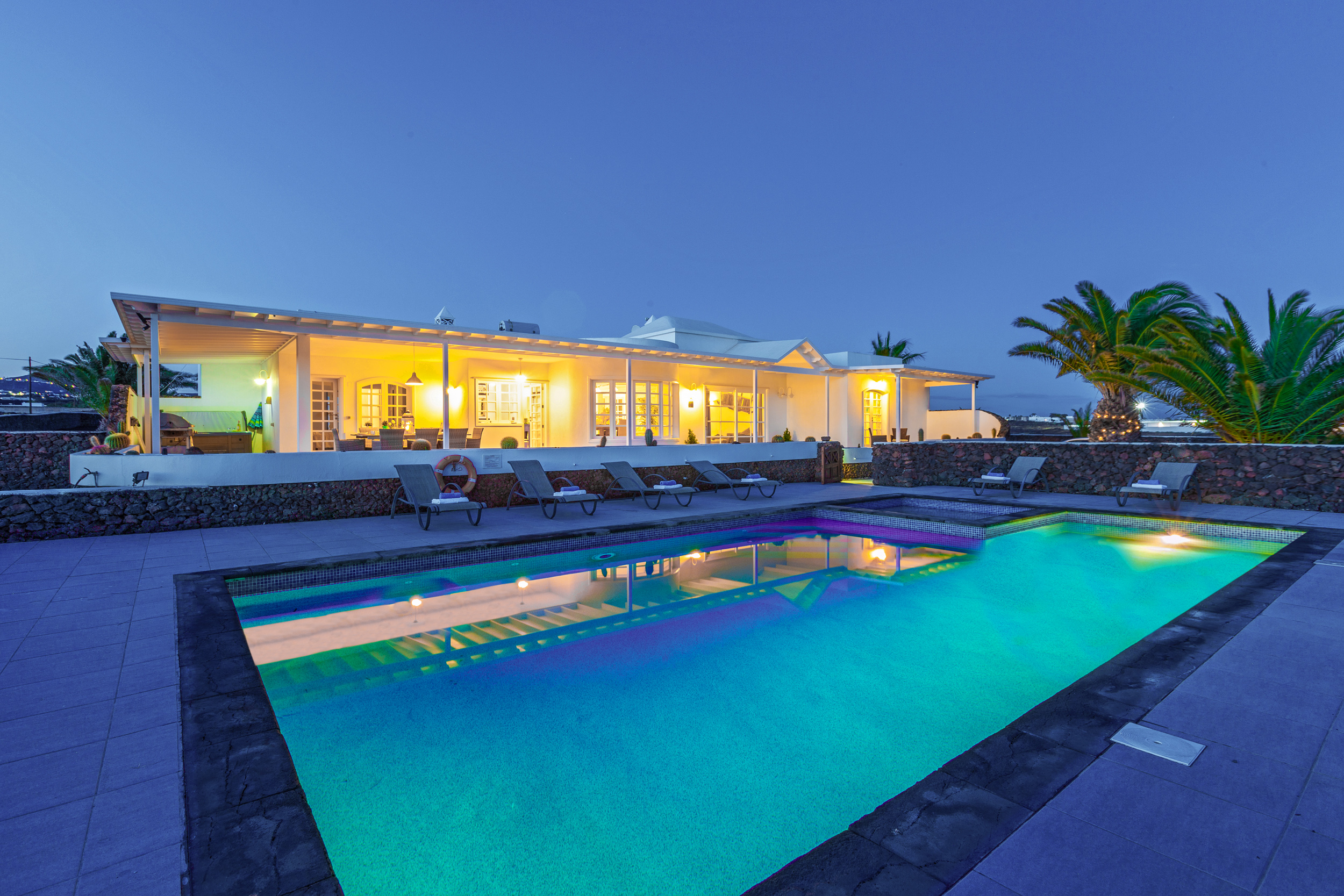 LVC198416 Villa and pool by night