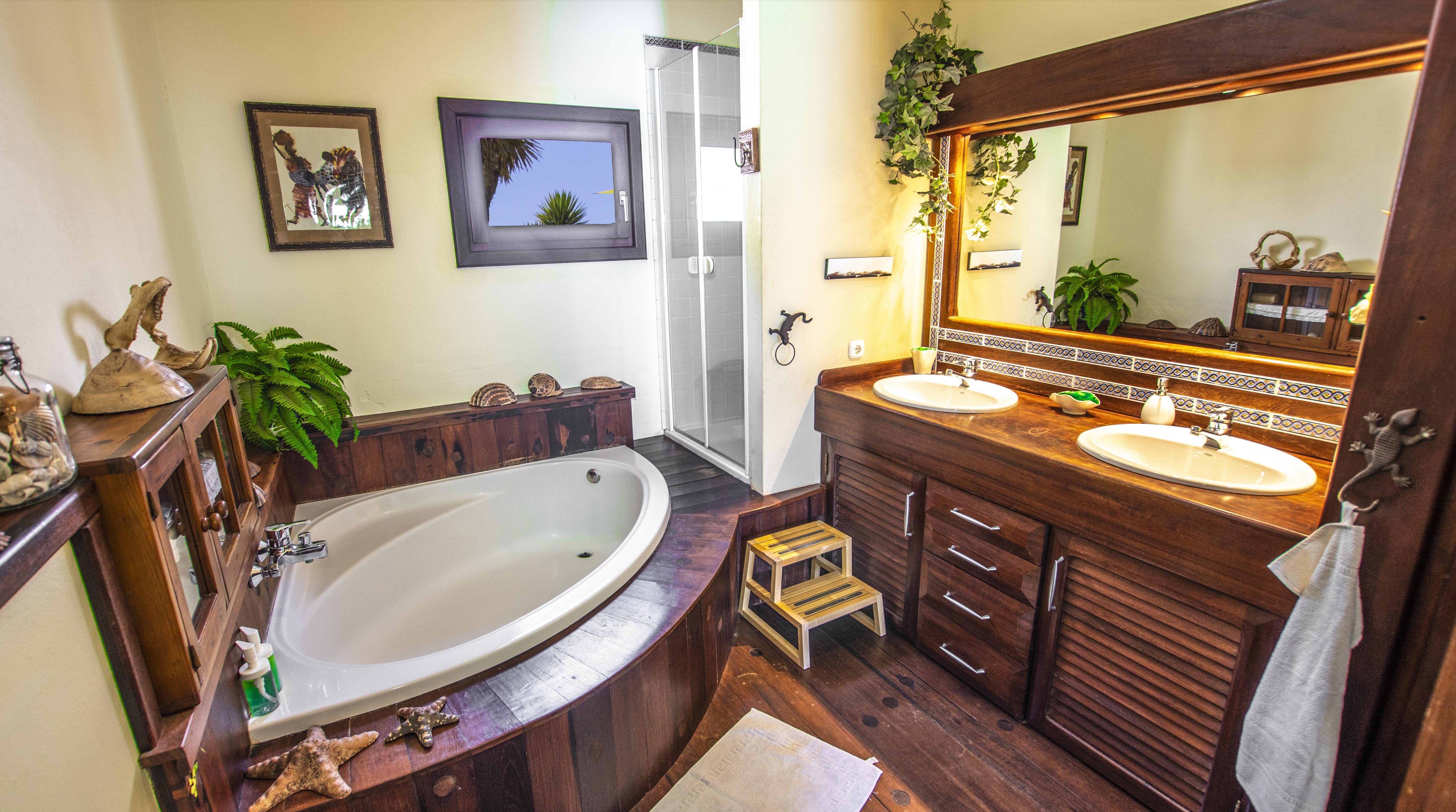 LVC210178 En suite bathroom