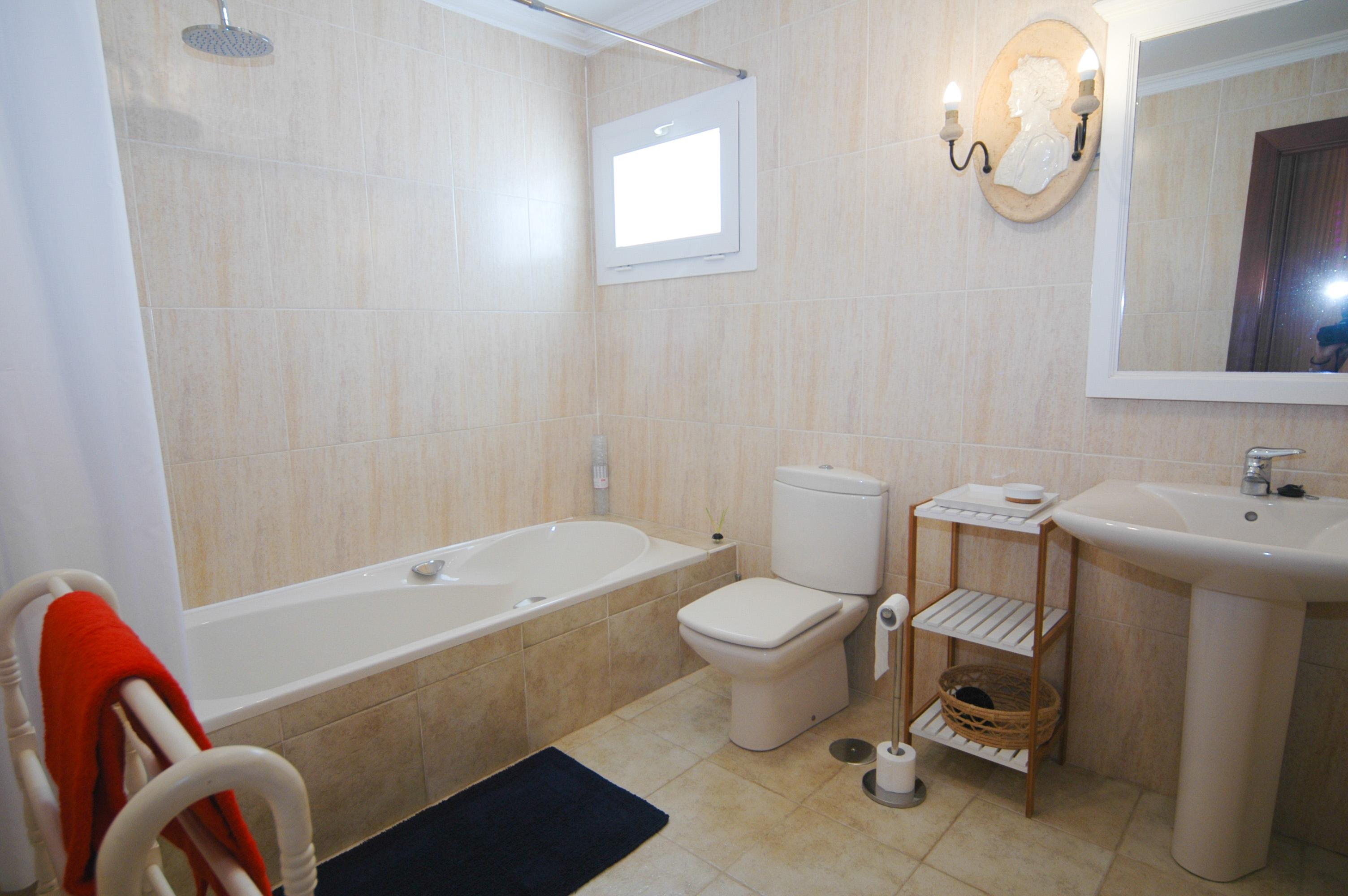 LVC330505 Ensuite bathroom