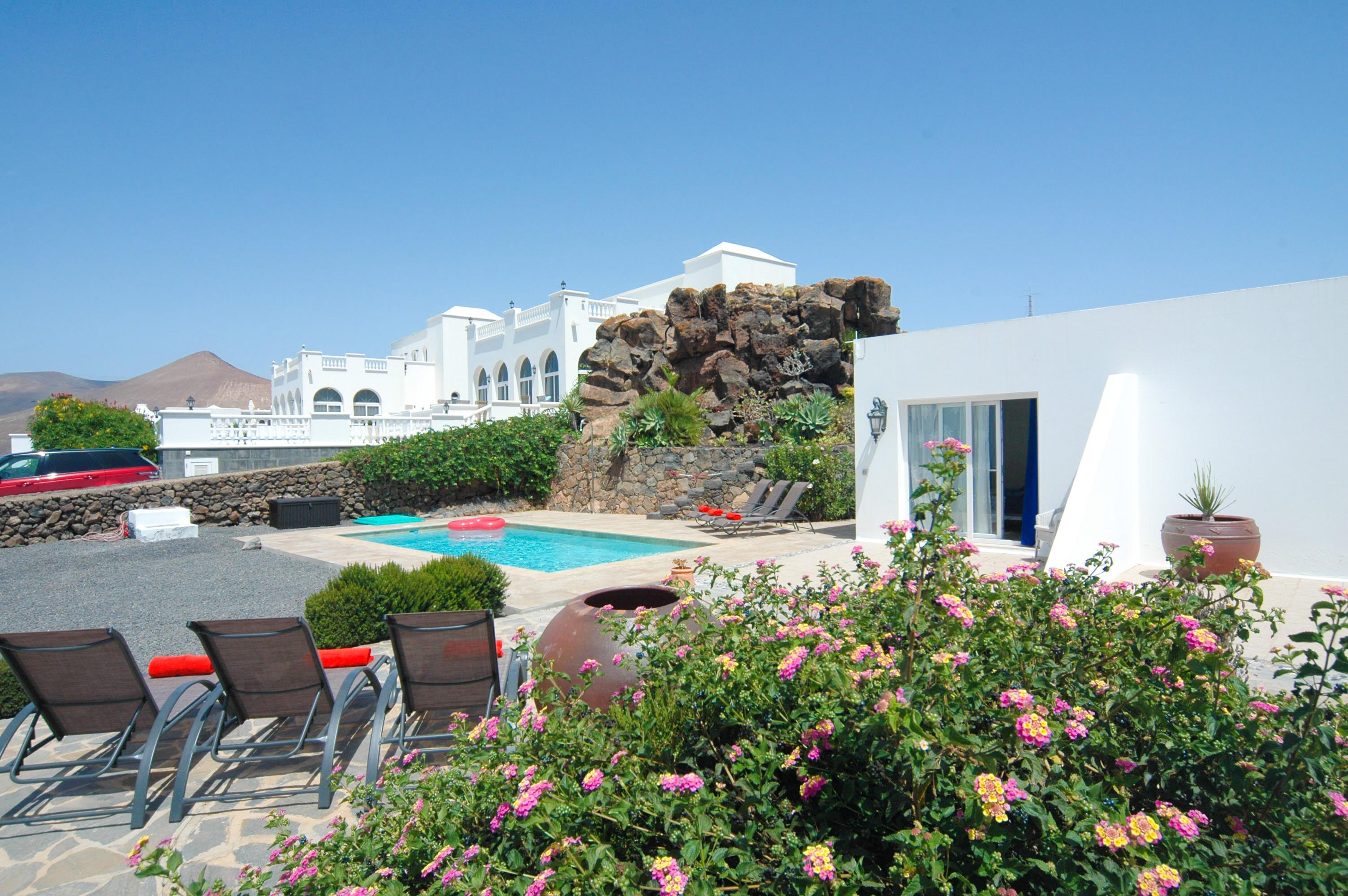 LVC330505 Pool and villa