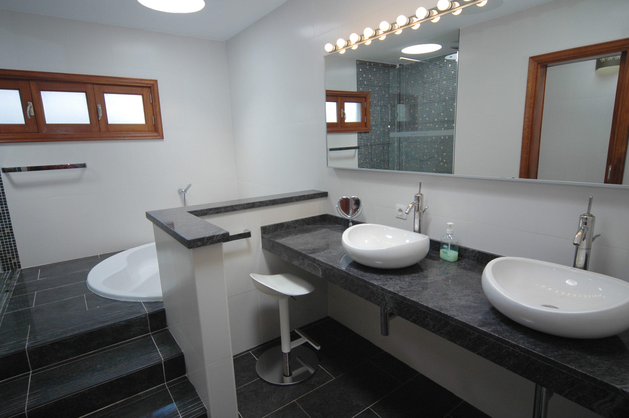 LVC216123 Master bathroom
