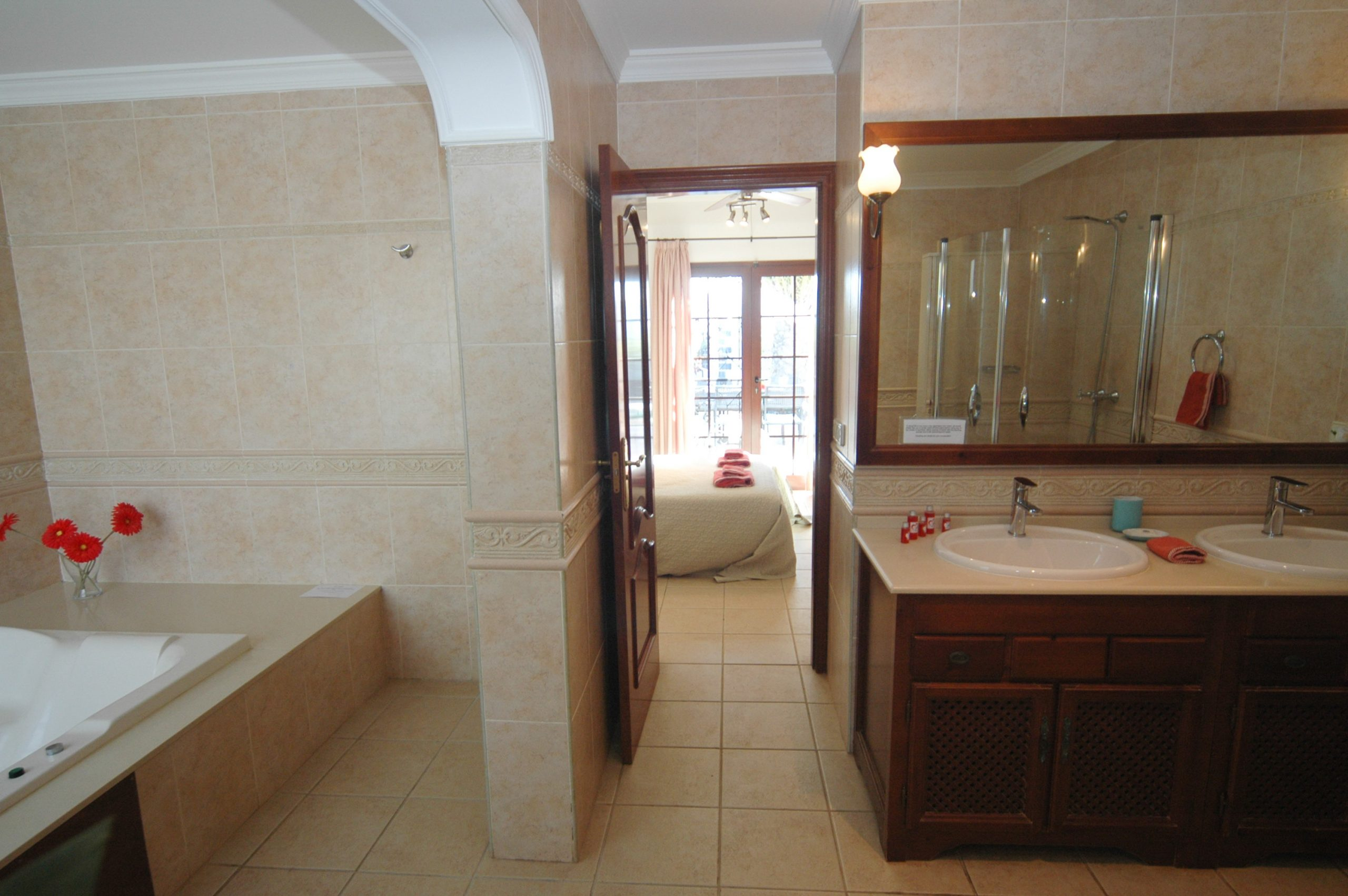 LVC200828 Ensuite full bathroom