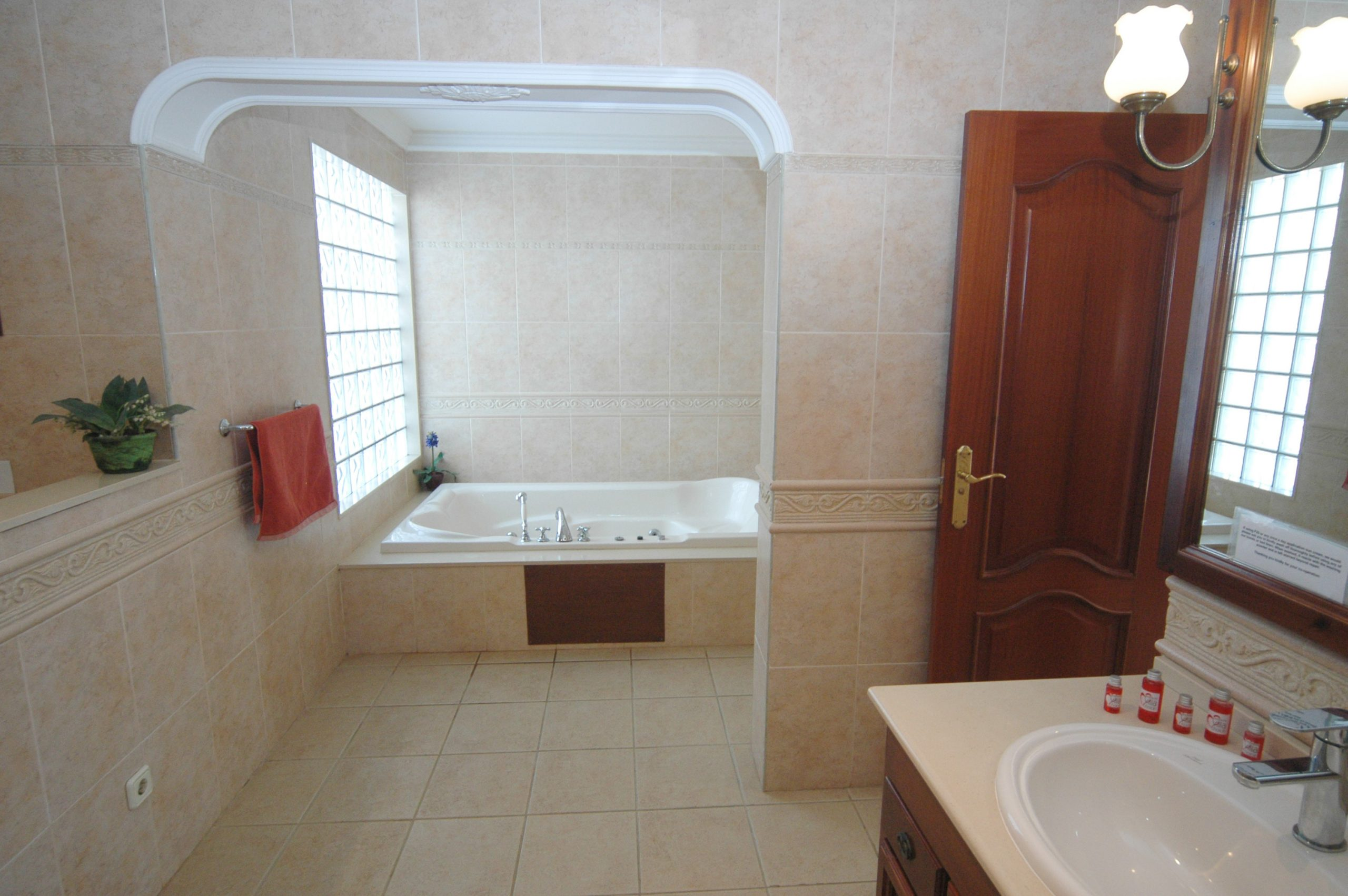 LVC200828 Ensuite with walk in shower and bath