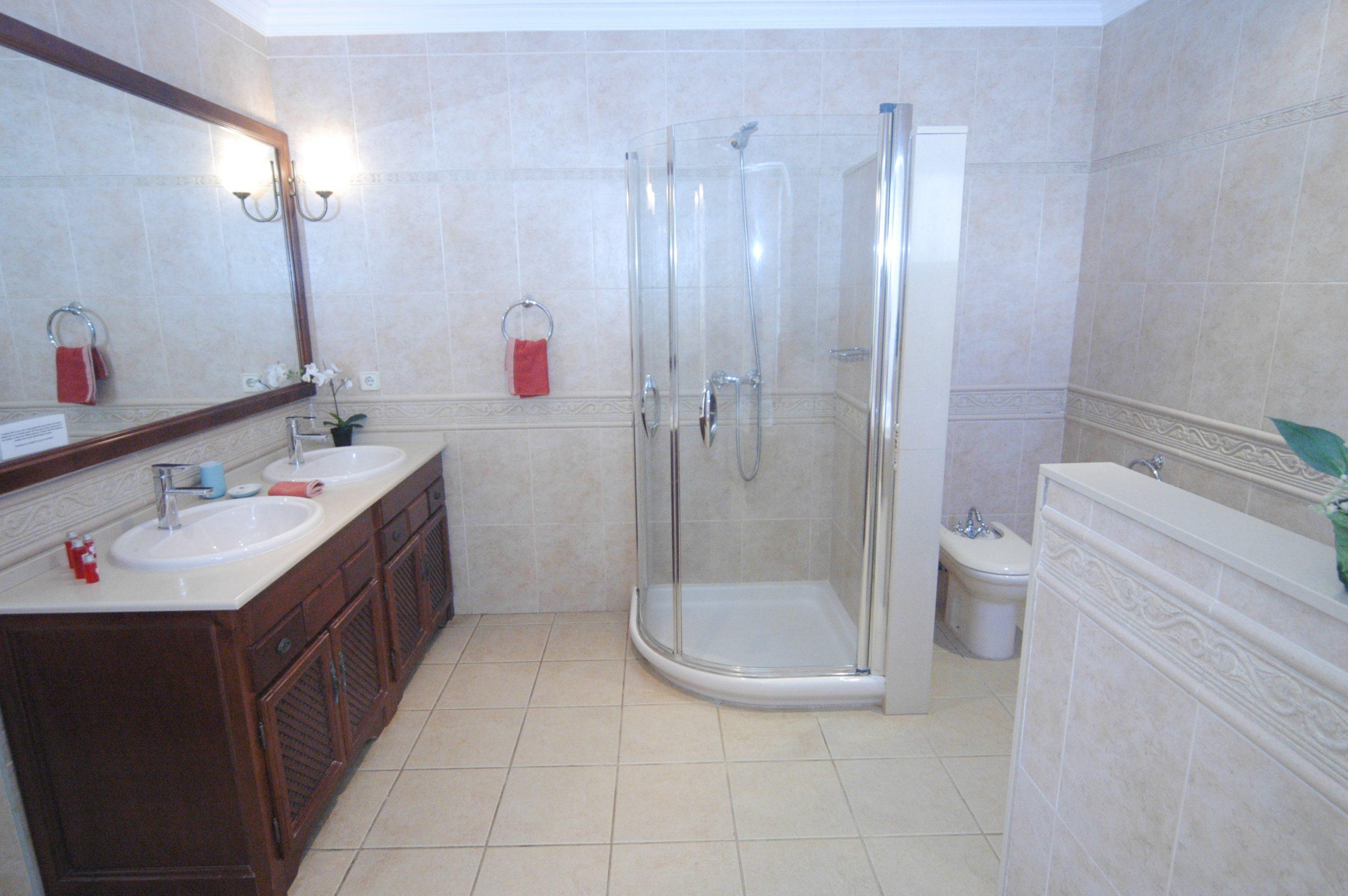 LVC200828 Large ensuite bathroom