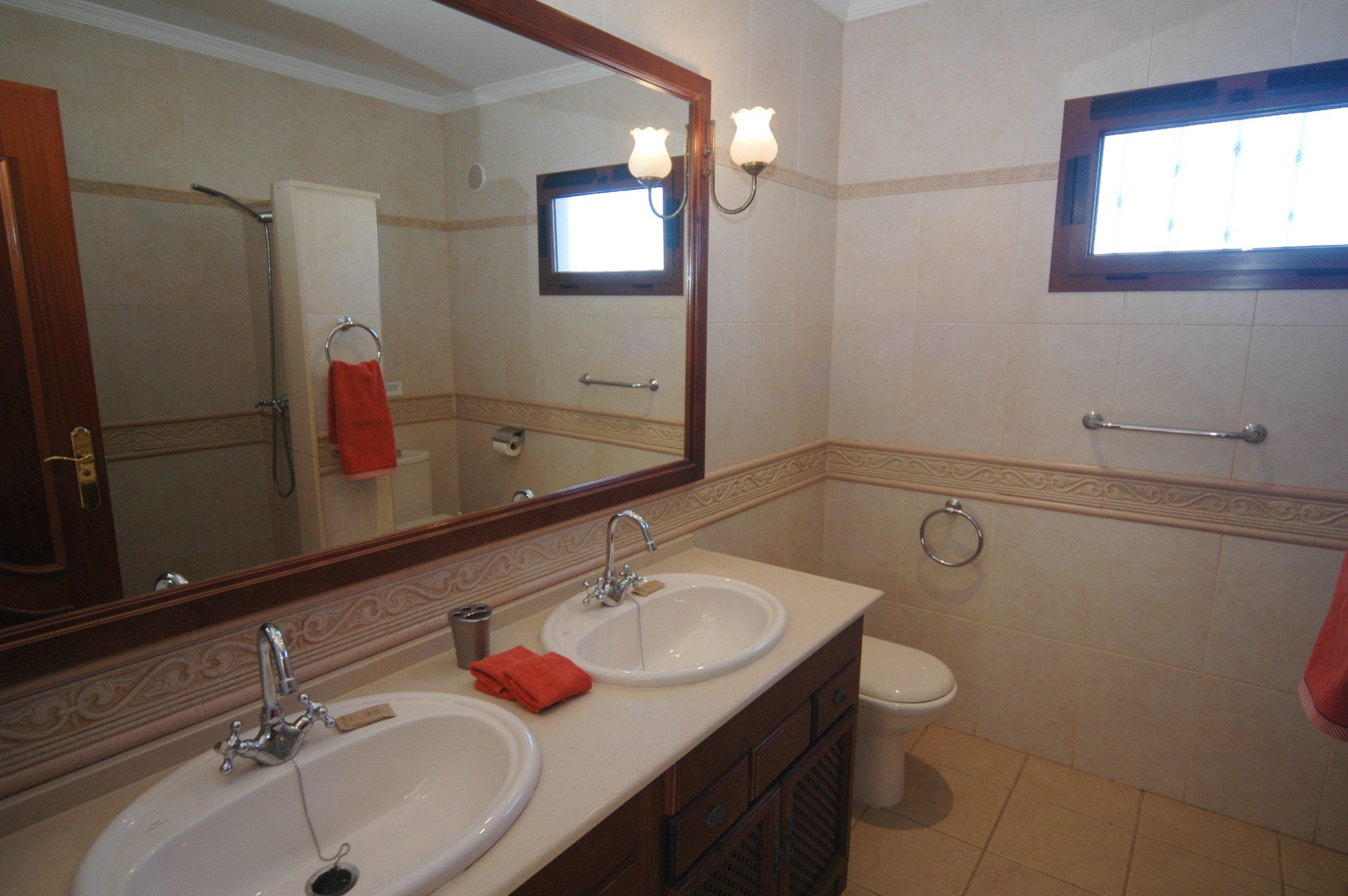 LVC200828 Shared shower room