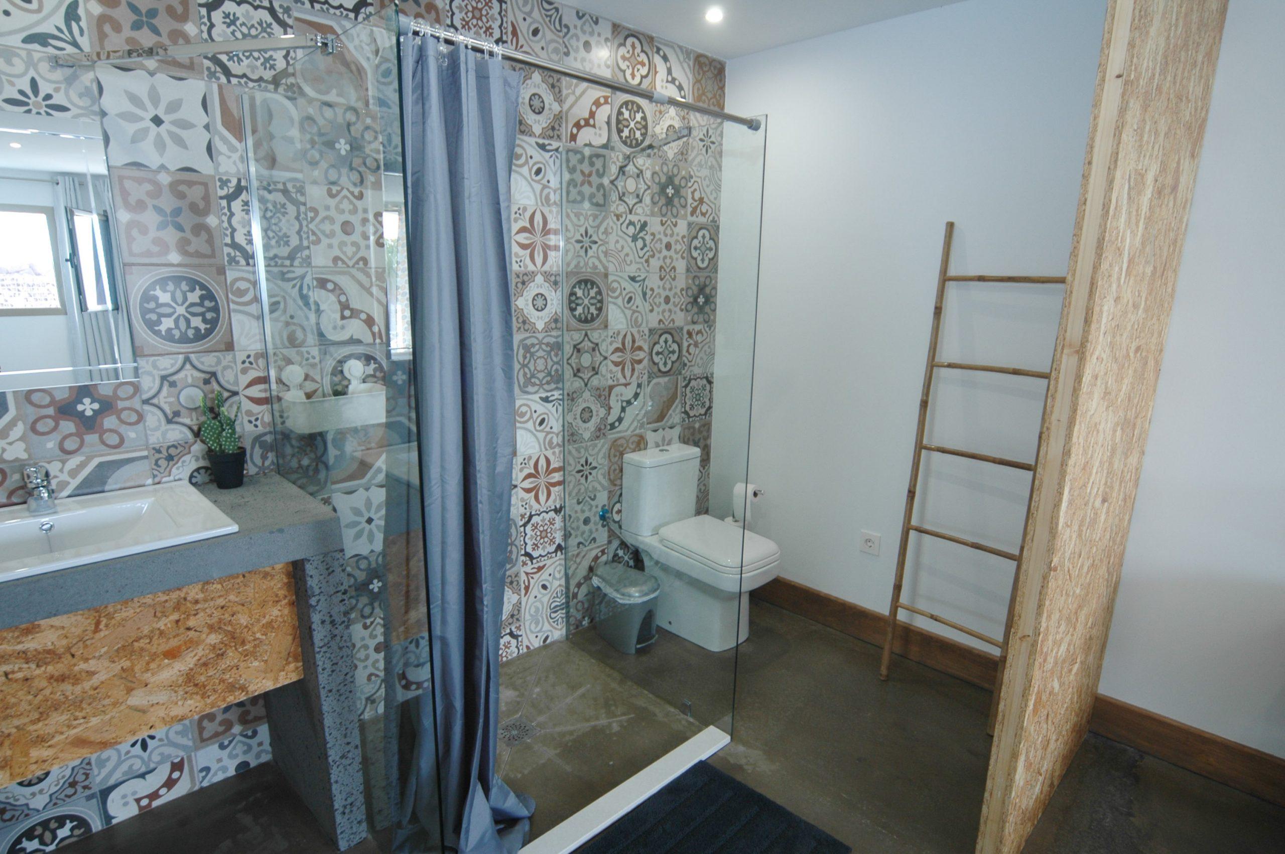 LVC339887 Shower area of bedroom