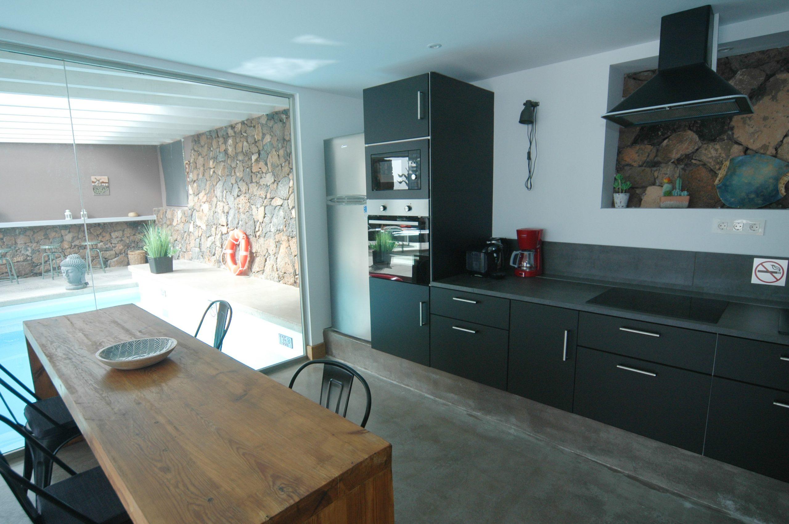 LVC339887 Kitchen with breakfast bar