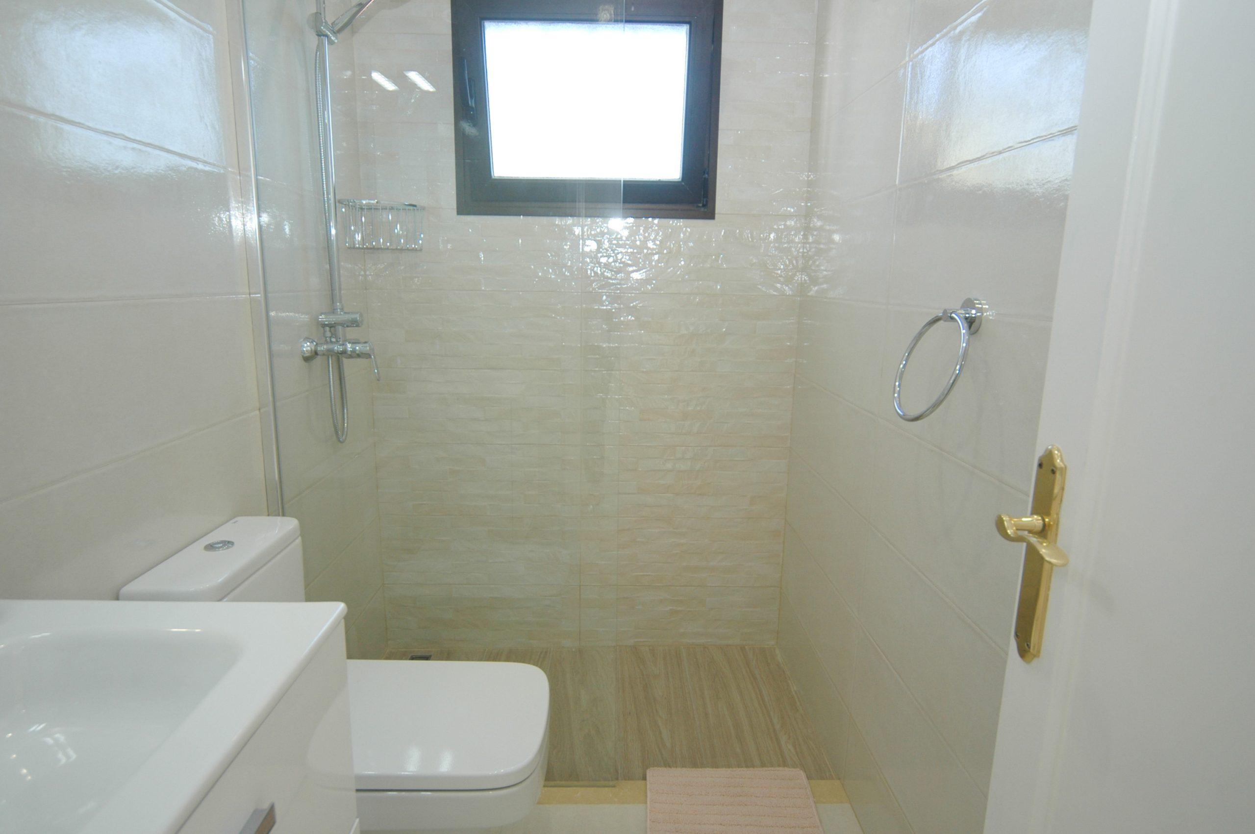 LVC281800 Second shower room