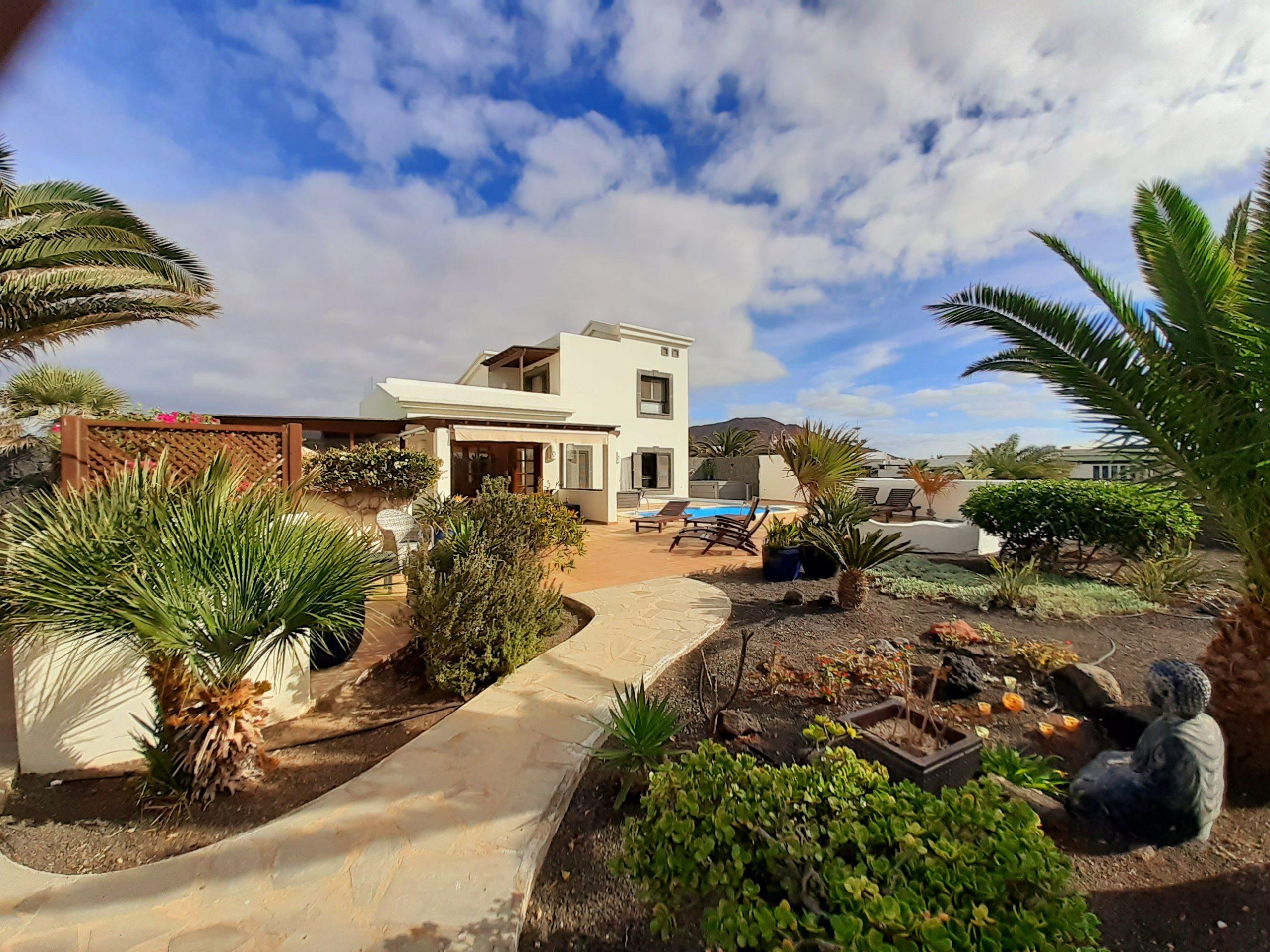 LVC197470 Villa And Garden Area