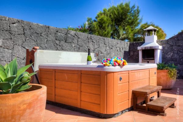 LVC196687 hot tub