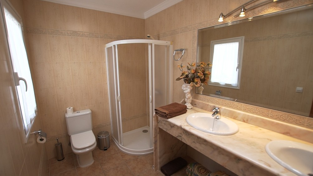 LVC196693 Ensuite shower room