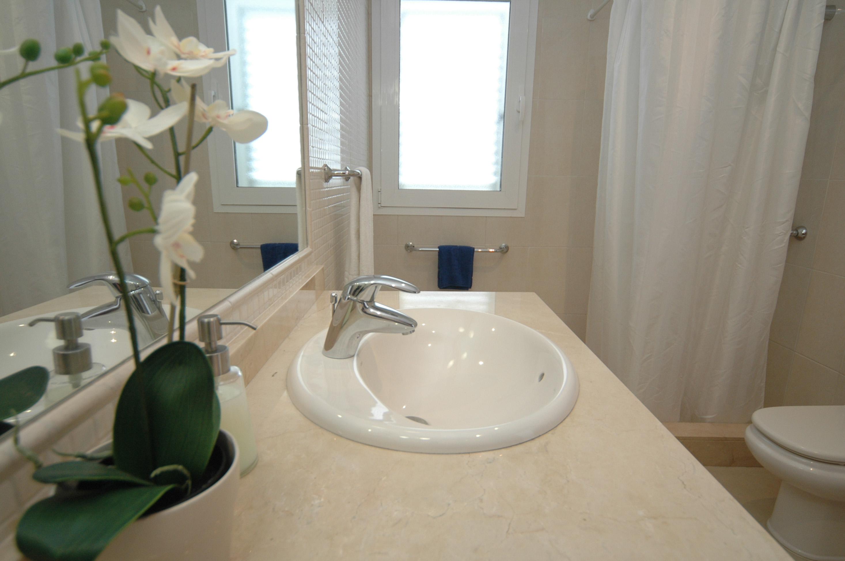LVC198331 ensuite bathroom