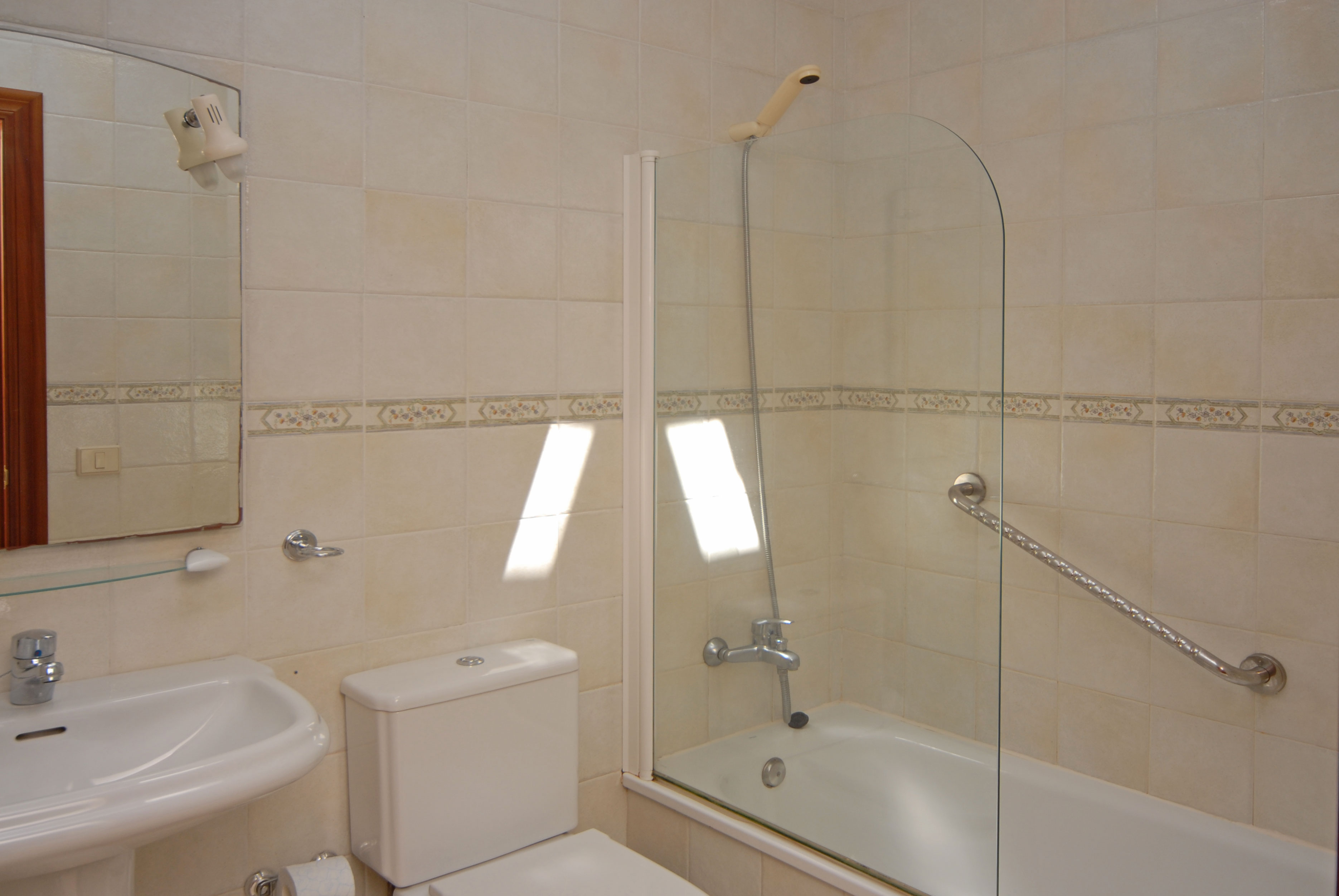 LVC198431 Puerto del Carmen Holiday Villa - Separate family bathroom