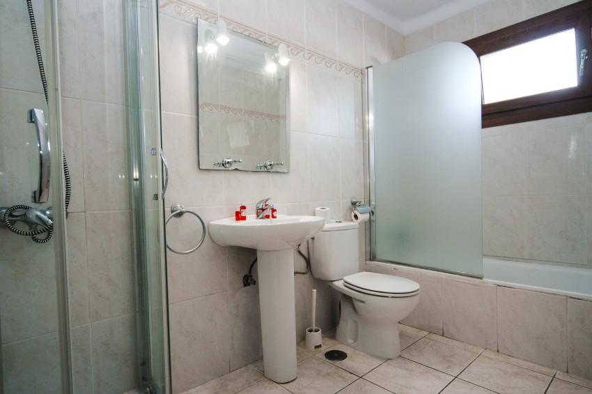 LVC200581 family bathroom