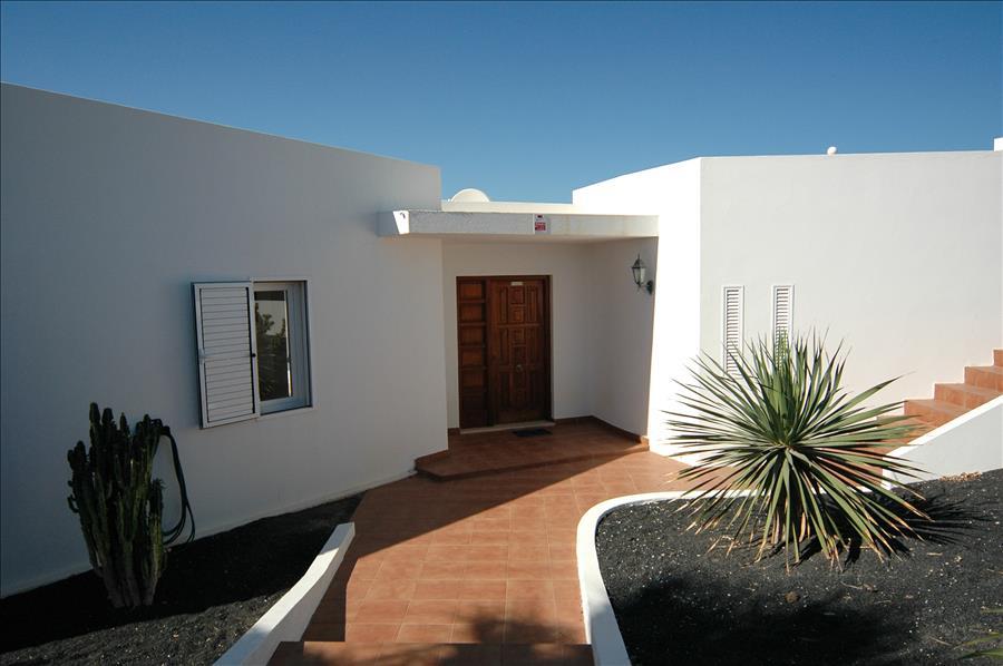 LVC200582 Entrance to villa