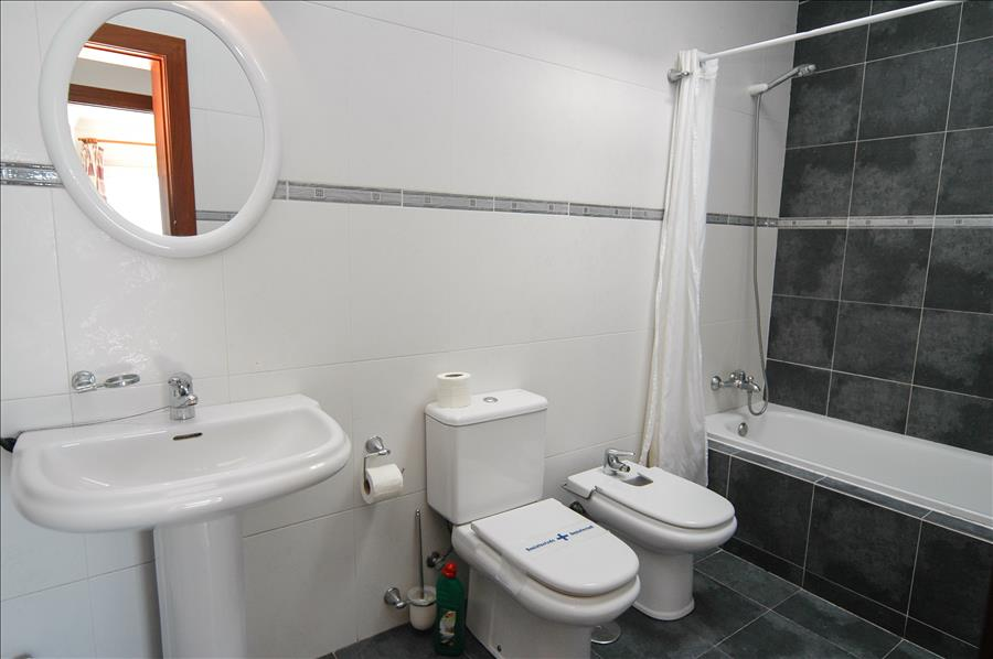 LVC200582 Family bathroom