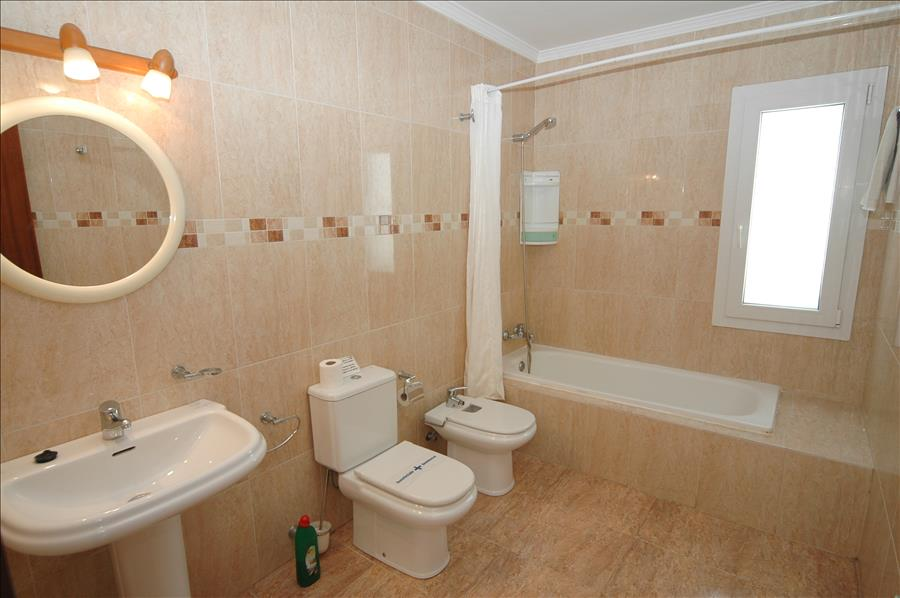 LVC200582 Ensuite bathroom