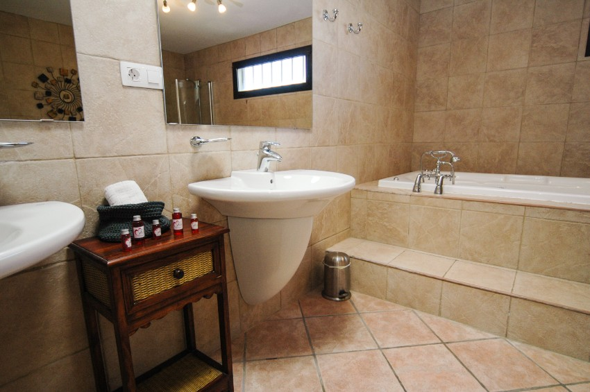 LVC200823 large family  bathroom