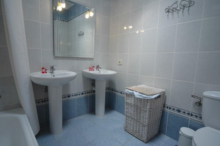 Villa LVC200850 Family bathroom with full 2 wash basins
