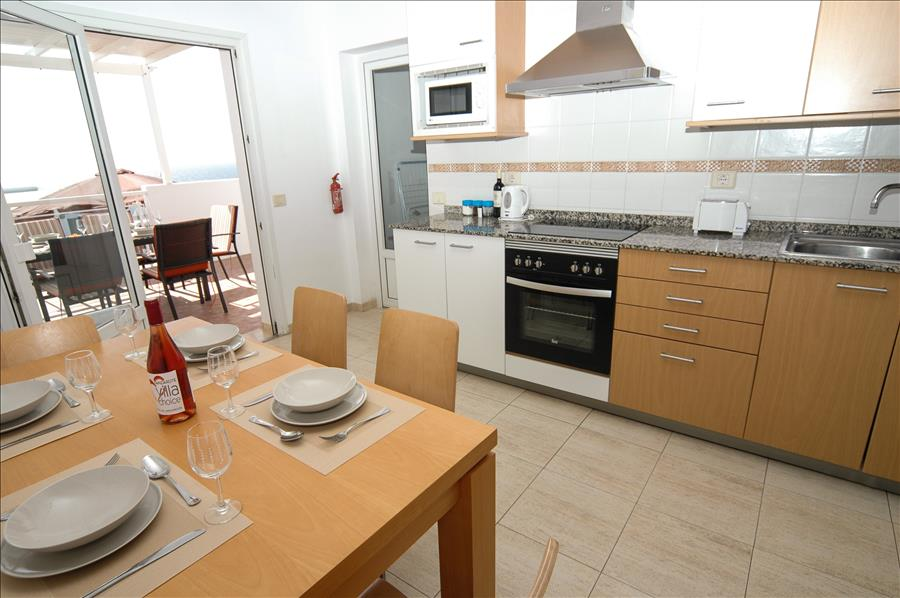 Villa LVC204213 Fitted kitchen with breakfast table