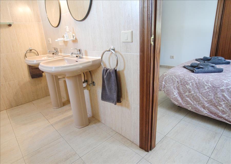 Villa LVC204213 Bathroom with twin basins