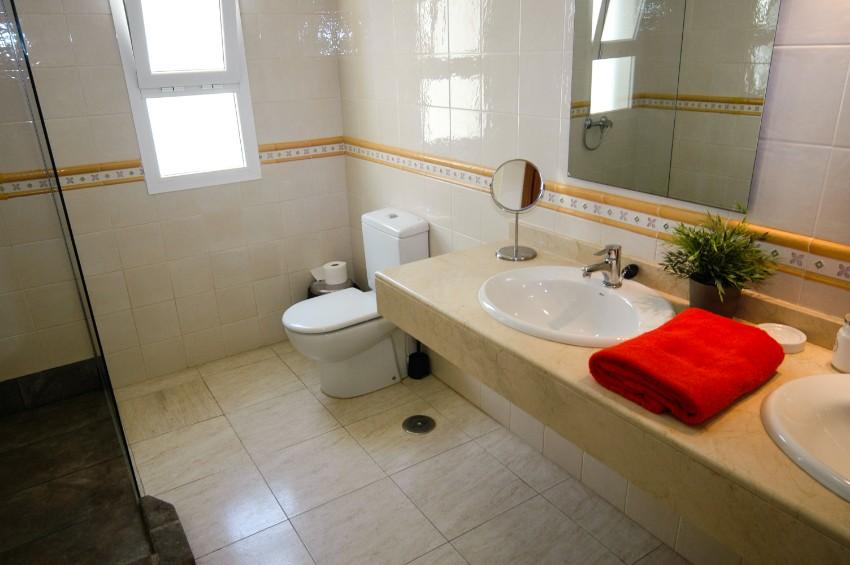 LVC211964 Upstairs en suite shower room