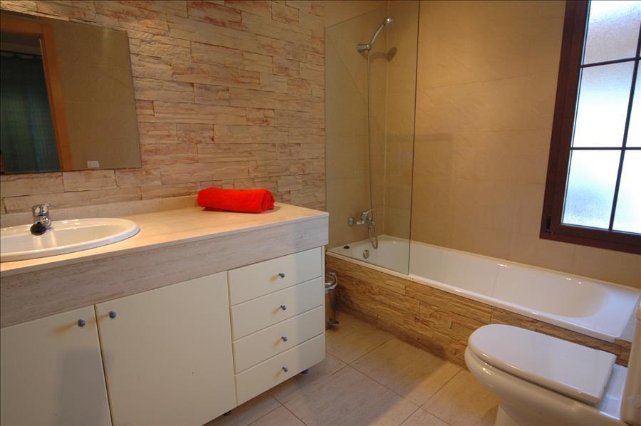 LVC227772 En suite bathroom