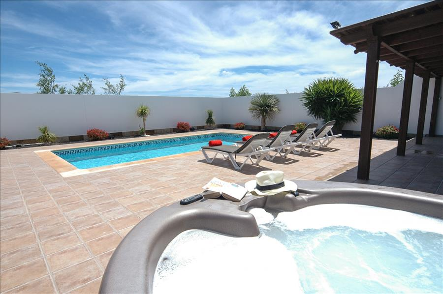 LVC227772 Lanzarote holiday Villa with hot tub