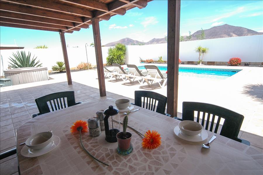 LVC227772 Alfresco dining at your holiday villa