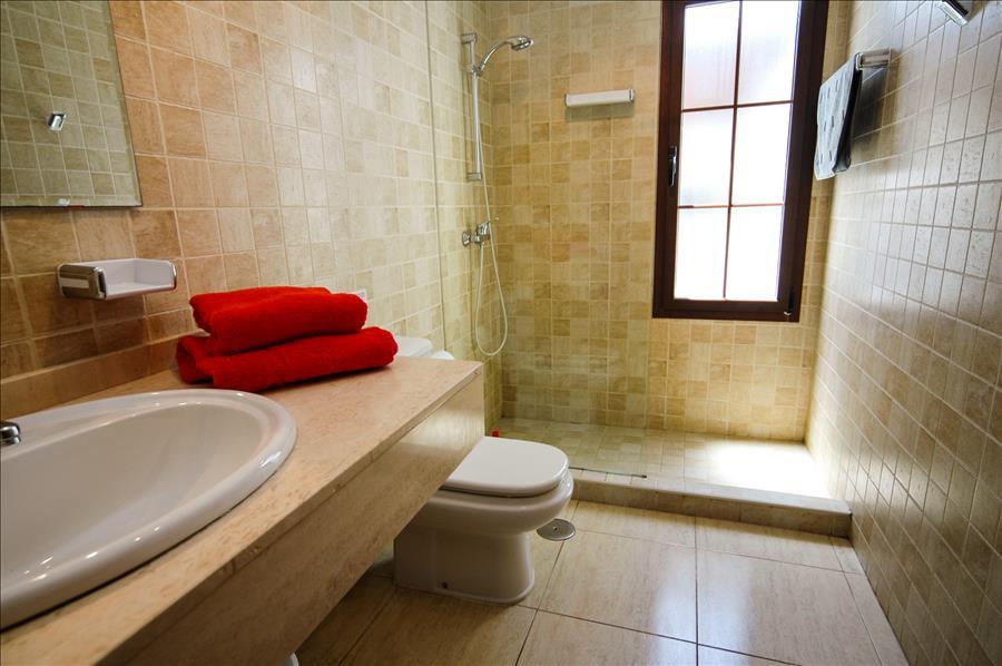 LVC227773 Separate shower room
