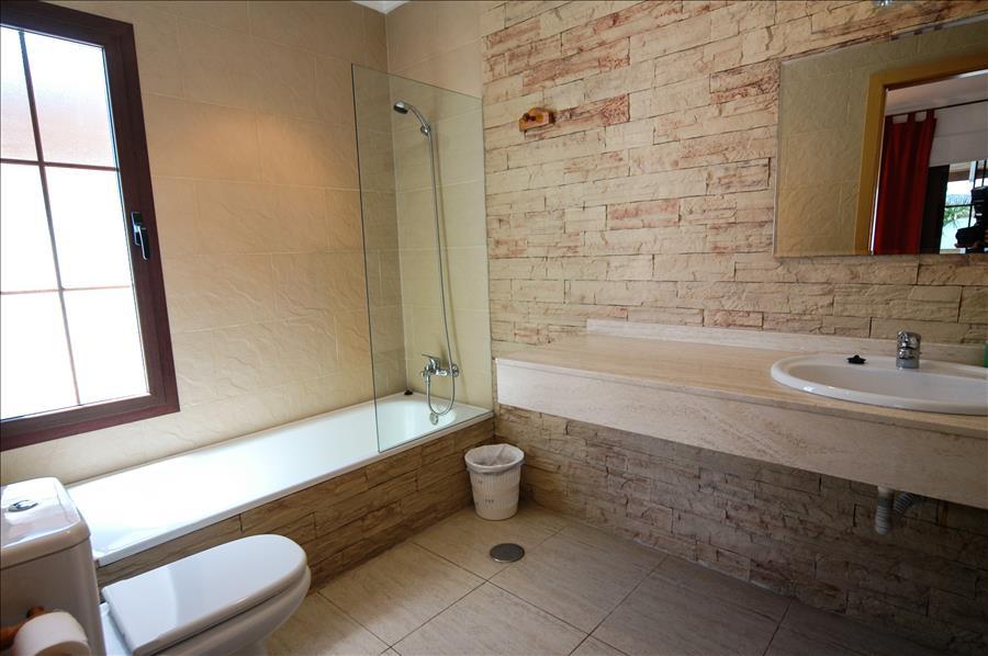 LVC227773 En suite bathroom