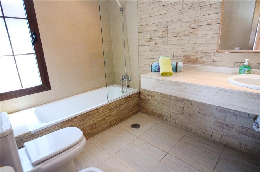 LVC228143 En suite bathroom