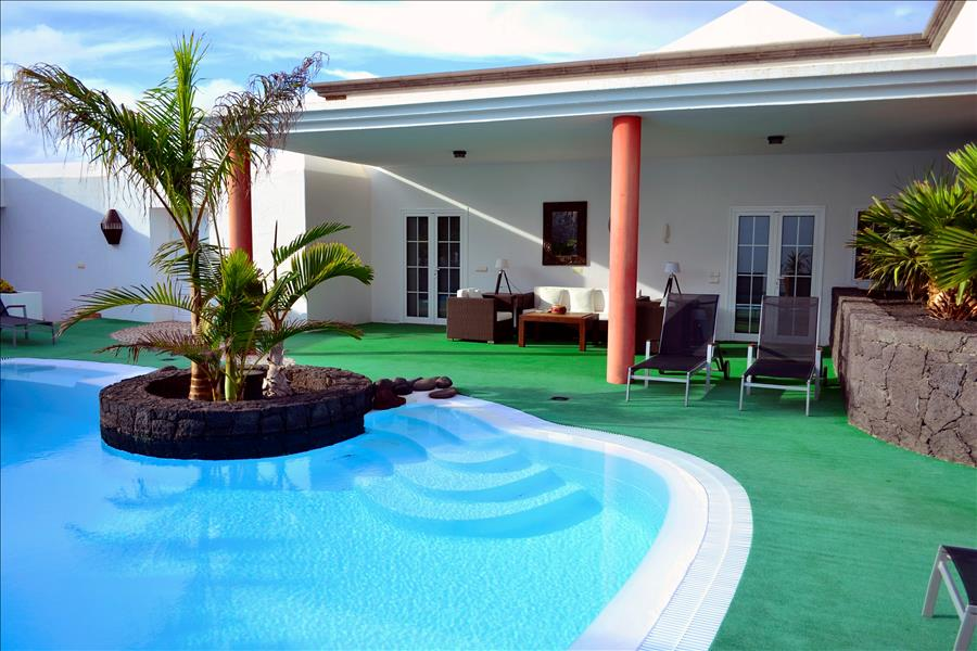 Villa LVC230884 Pool with covered seating area