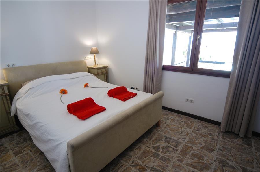 LVC239621 Bedroom 1 with ceiling fan