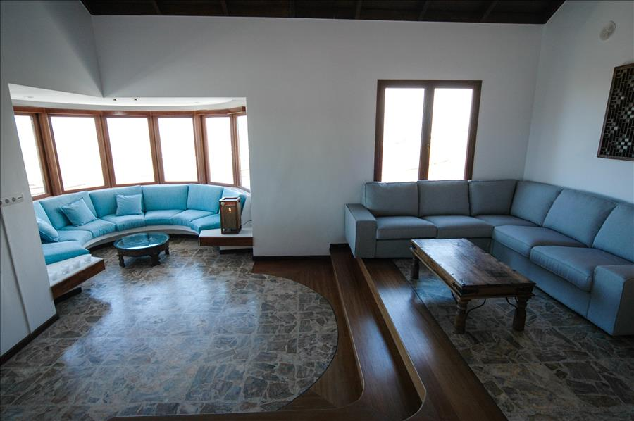 LVC239621 Split level living area