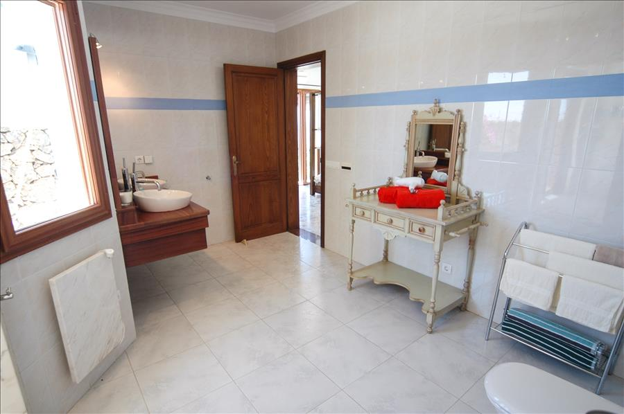 LVC239621 Large bathroom accessed from 2 bedrooms