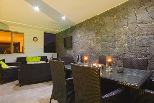 Villa LVC240861 Dining area with feature stone wall