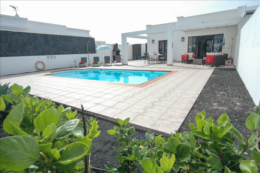 LVC256111Pool and villa