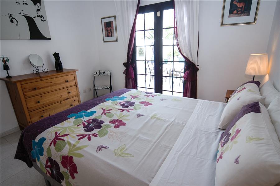 LVC256111 Bedroom with patio doors