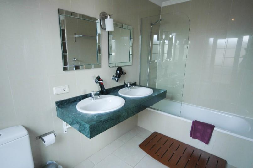 Villa LVC257974 Bathroom will full size bath