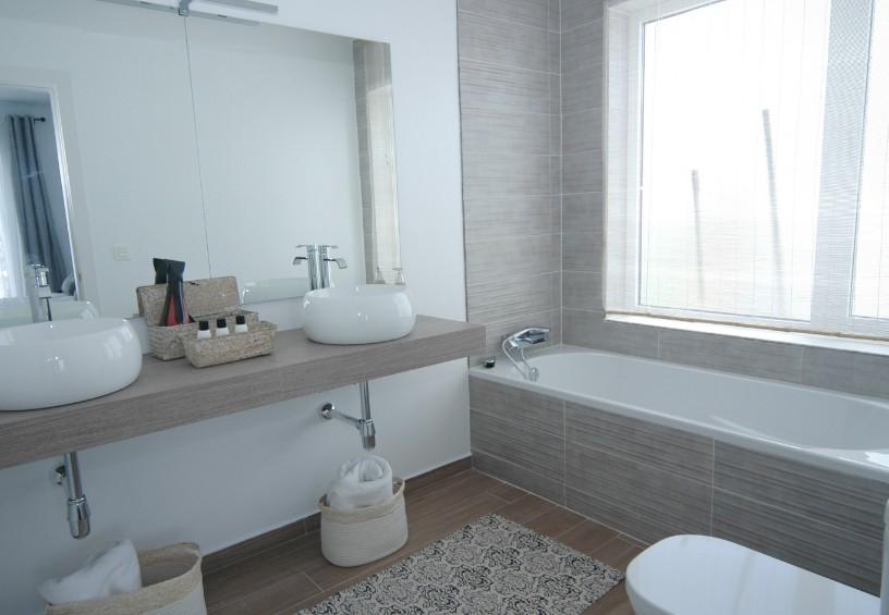 LVC304469 En suite bathroom